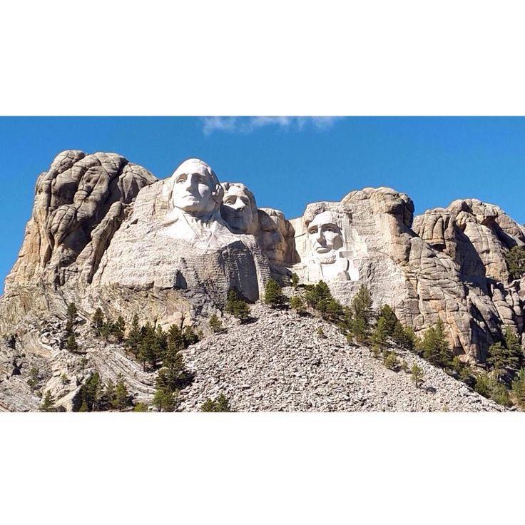 C'est depuis le Mont Rushmore que nous vous souhaitons cette semaine, un très agréable weekend !   This week, it is from the Mount Rushmore that we wish you a very pleasant weekend !  #travels #voyages #luxe #luxury #us #usa #etatsunis #southdakota #mountrushmore #lifestyle #artdevivre