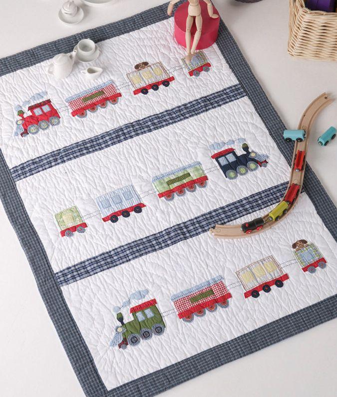 Colcha infantil modelo TREN, 100% algodón con diseño tipo patchwork con un tamaño de 90 x 120 cm.