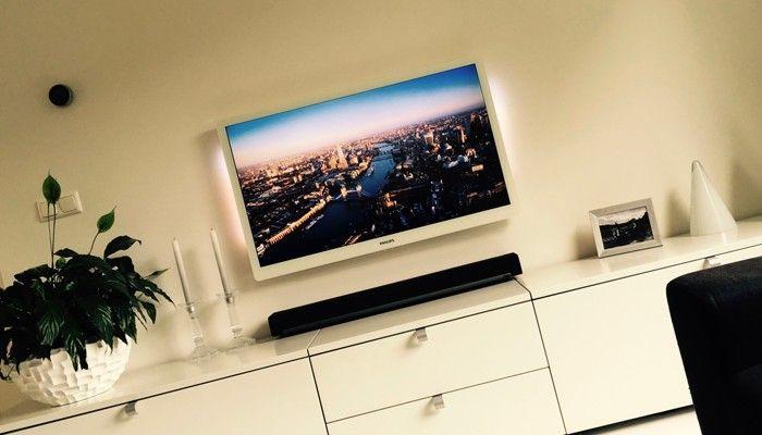 Sonos luister- & installatieservice gaat heel ver.   Dit is het resultaat van een Sonos Playbar op wit Interlubke dressoir met een witte Philips TV en hoogglans witte houten vloer.