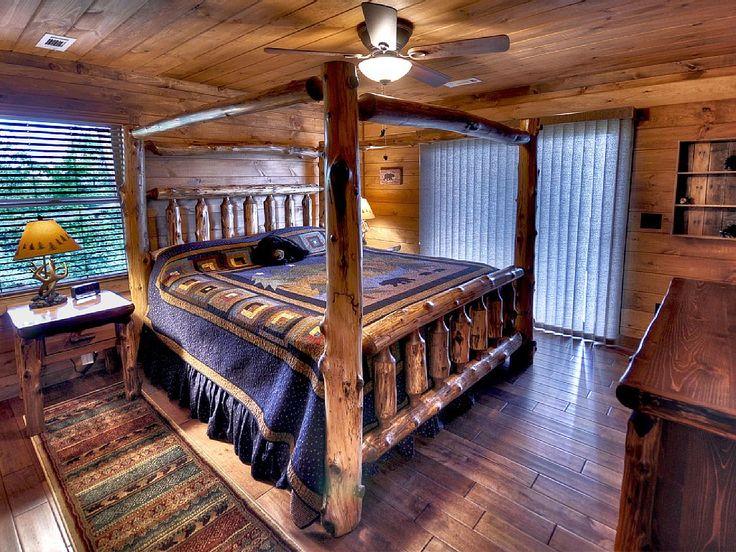 На верхнем этаже спальня с двуспальной кроватью с балдахином и собственным застекленным крыльцом.