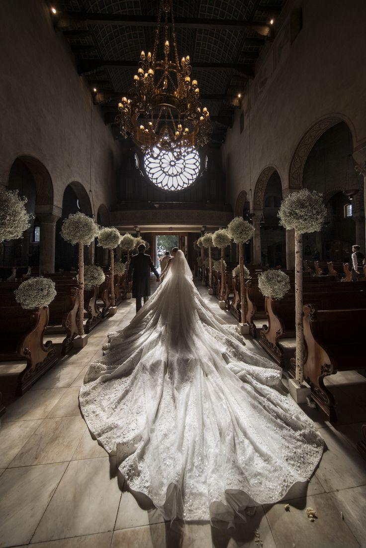 Robe de mariée portée par Victoria Swarovski lors de son mariage en Italie : elle pèse 46 kilos après avoir été embellie de... 500.000 cristaux. C'est le couturier Michael Cinco qui a réalisé cette prouesse artistique. //  TRIESTE, ITALY - JUNE 16:  (GERMANY, AUSTRIA, SWITZERLAND OUT UNTIL 26 June 2017) Victoria Swarovski attends her wedding to Werner Muerz on June 16, 2017 in Trieste, Italy. (Photo by Chris Singer/Johannes Kernmayer/CUEX GmbH/Getty Images) via @AOL_Lifestyle Read