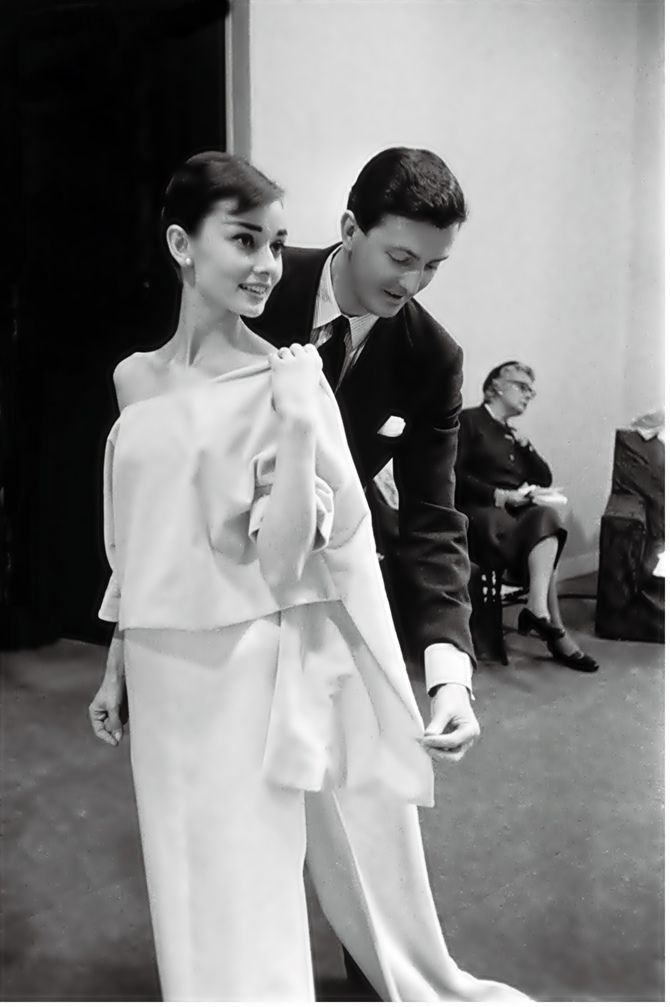 Givenchy e Audrey. Foi também em 1953 que Hubert de Givenchy conheceu a sua musa inspiradora, a atriz Audrey Hepburn, e passou a criar modelos para seus filmes, como Sabrina (1954) e Cinderela em Paris (1957). O filme Sabrina ganhou o Oscar de melhor figurino, assinado por Edith Head - a designer mais requisitada de Hollywood na época -, a qual não deu o devido crédito a Givenchy pelo famoso vestido de baile, usado por Audrey Hepburn no filme. Em resposta, a atriz exigiu que, em seus…