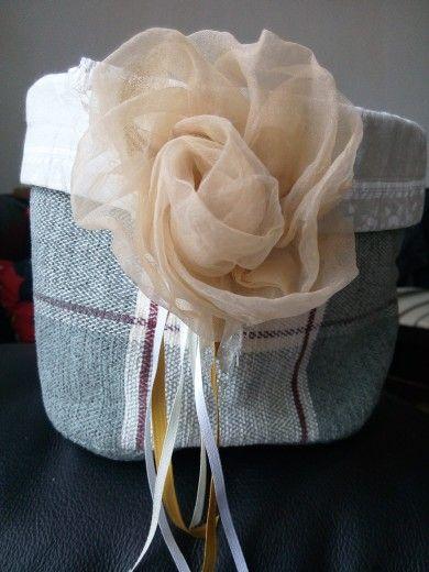 cestino di stoffa campionario per tappezzeria con fiore spilla fatto con avanzo di tenda foderato di cotone
