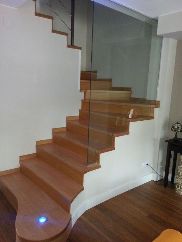 Escalera restaurada por zarareformas barandilla de vidrio for Escaleras de salon
