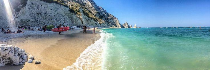 Spiaggia delle due sorelle, Sirolo,  mare e Monte, riviera del Conero, turismo Marche, Italia.