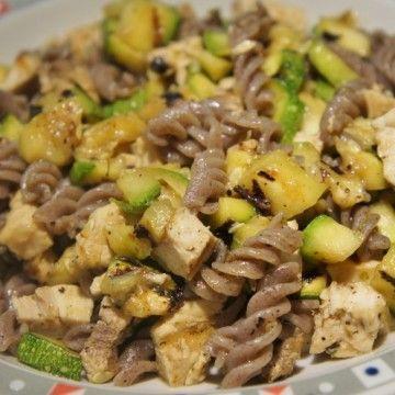Pasta di grano saraceno con pesce spada e zucchine