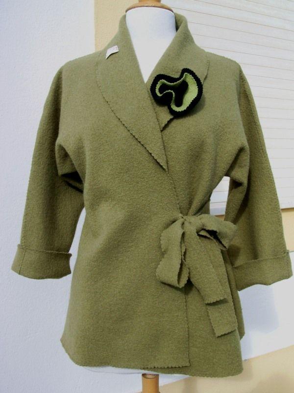 Casaco em lã fervida, com gola de rebuço e pegadeira   Veste en laine bouillie, col Châle et broche  T38/42    70€