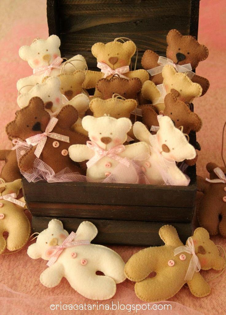Para a Aninha que chegará daqui a pouco para alegrar sua mamãe.  Ursinhos nos tons bege, marrom e detalhes rosa.  Adoro esta combinação d...