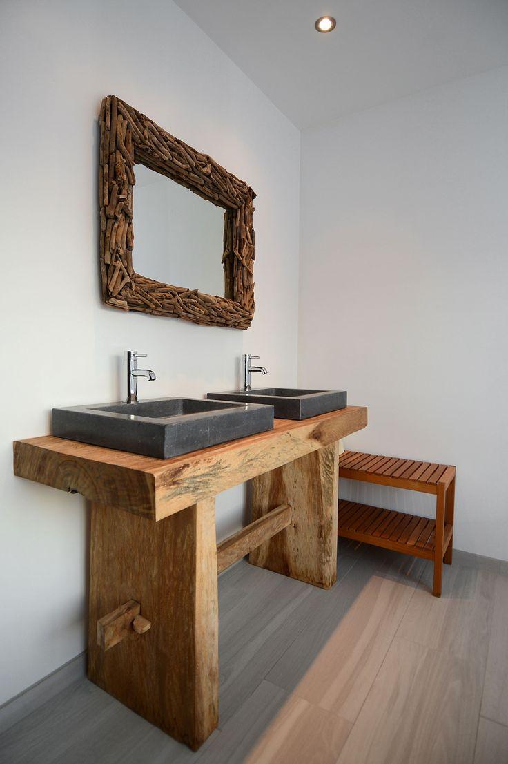 Jaren30woningen.nl | Eiken wastafelmeubel in een badkamer van een #jaren30 woning