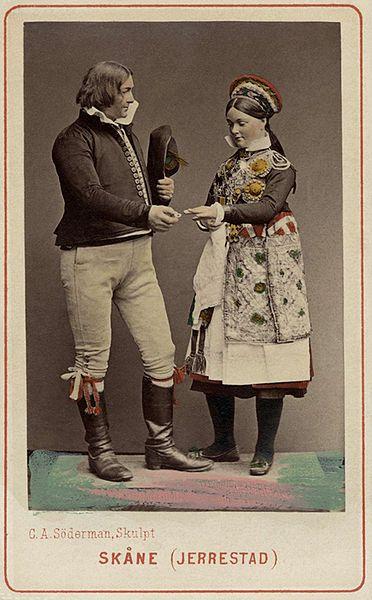 File:Världsutställningen i Wien 1873. Man och kvinna i folkdräkter från Järrestad, Skåne - Nordiska Museet - NMA.0039768.jpg