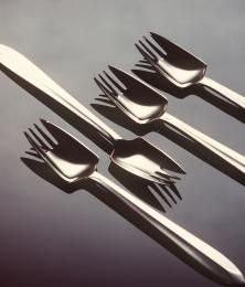 Splayd eating utensils. Released in 1962, when buffet lunches and barbecues were becoming popular in Australia, Splayds caught on quickly and were a favourite wedding gift in the 1970s. They were easy to use, informal and more socially acceptable than eating with the hands. They also saved on washing up. Gift of Stokes (Australasia) Limited, 1991. 91/1167