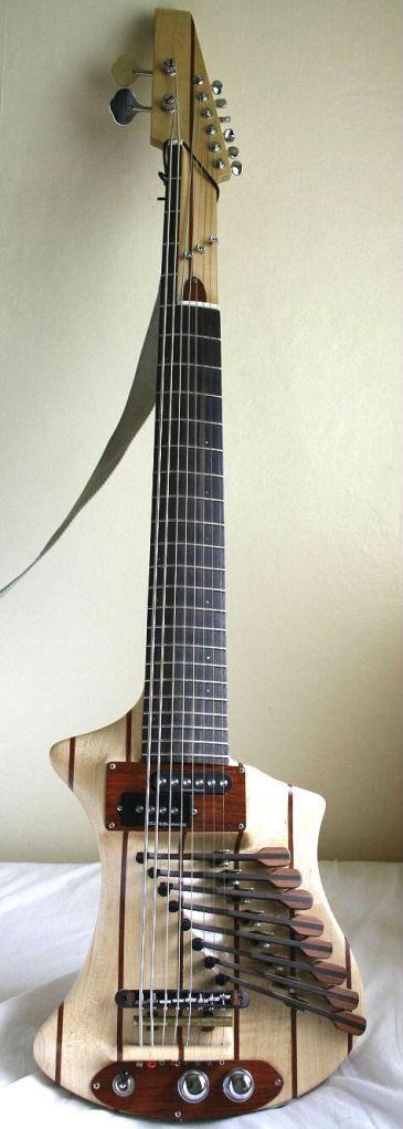 6 cuerdas de guitarra + 2 cuerdas de bajos = 8 cuerdas. Los 8 palancas en el cuerpo se pueden utilizar para golpear cuerdas o para amortiguar ellos.