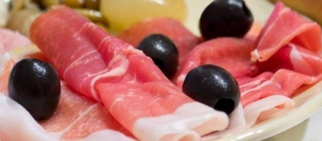 (borrelhapje) Rauwe ham met tomaat, feta en olijven.
