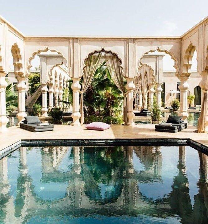 Comparateur de voyages http://www.hotels-live.com : Palais Namaskar - Marrakech Maroc Marrakech surnommée la  perle du Sud  ou la  ville rouge  est un peu la destination idéale lorsquon rêve comme moi de véritable dépaysement aux portes de lEurope. Elle a su assumer ses mutations modernes tout en conservant un patrimoine culturel extrêmement riche. Marrakech est ensorcelante fascinante. Cest dans cette cité impériale que jai décidé damener ma meilleure amie pour passer quelques jours de…