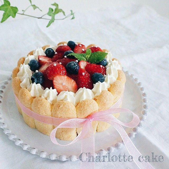 最近、インスタで話題となっている「シャルロットケーキ」を、みなさんご存知ですか?フィンガー状のクッキーやパンなどを型の内側に貼り付け、カスタードなどを流して冷やし固めたケーキです。今年のクリスマスケーキに「シャルロットケーキ」はいかが? (2ページ目)