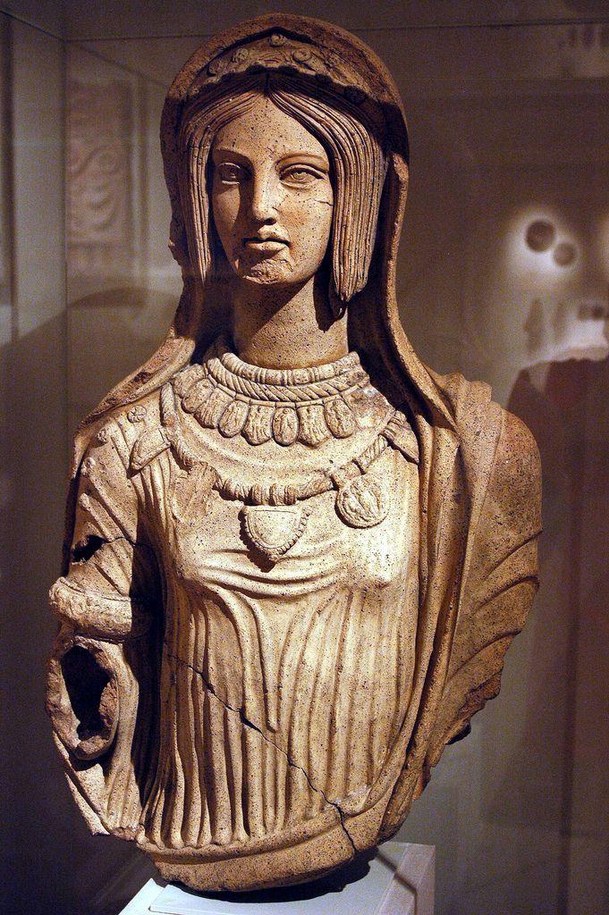 Statua in terracotta di una giovane donna, fine IV-inizio III secolo a.C. da Lavinium. Metropolitan Museum of Art. Gioielli in terracotta su un busto a grandezza naturale di una giovane donna etrusca; i pezzi possono essere stati stampati sui gioielli reali.