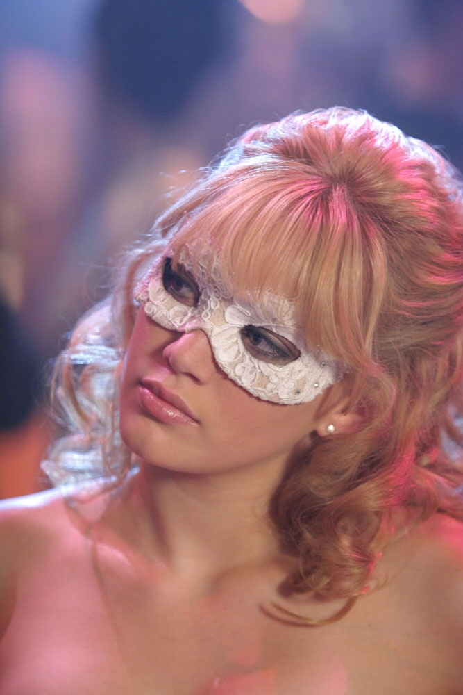 OH MY GOD HOW CAN HE NOT RECOGNISE HER AFTERWARDS!! I don't understand, it's only a little, tiny mask thing. #crazy #ACinderellaStory