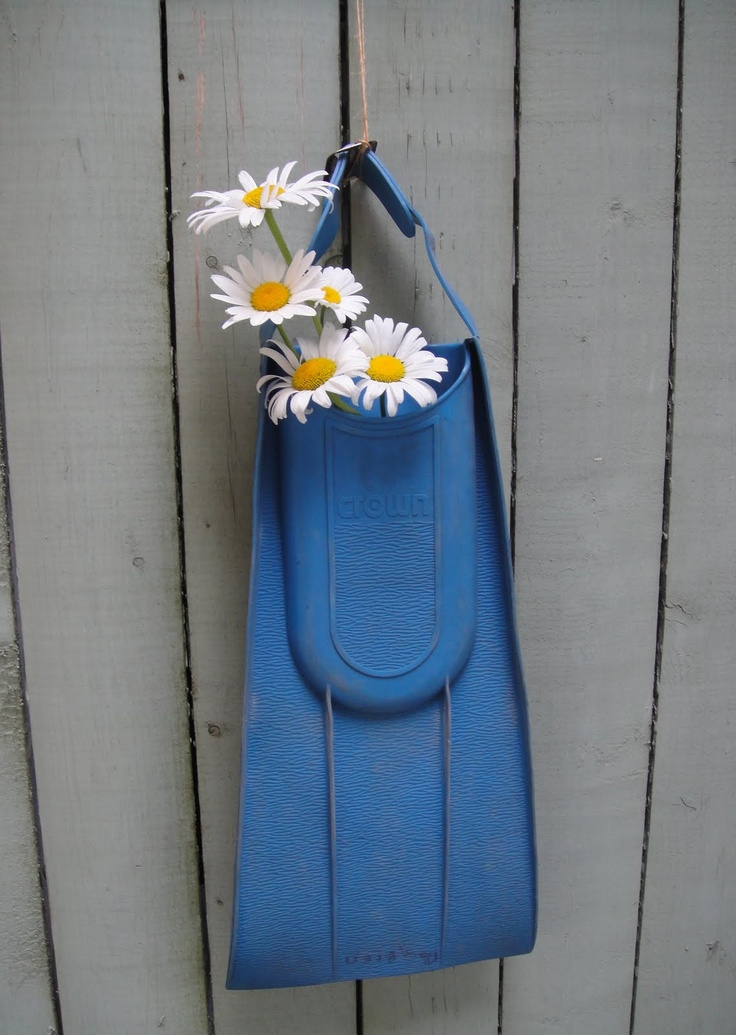 Fun idea for a summer or beach home front entry door. Daisies decorate with Simplicity.