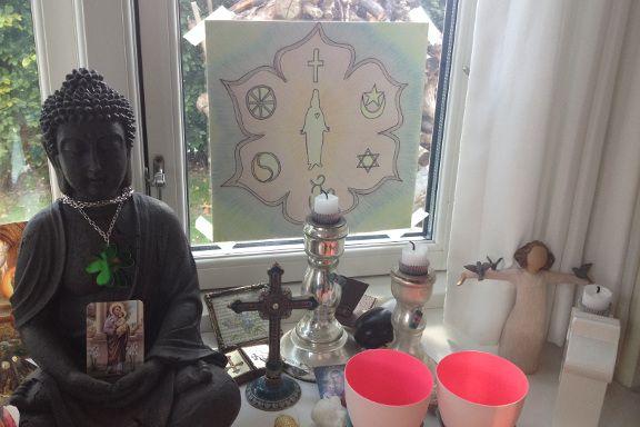 Mit buddhistiske og guddommelige alter i den lidt rodede vindueskarm i mit krearum. Fotograf: Susanne Randers