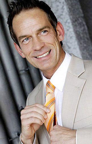 Frank B - grau melierte Haare - blaue Augen - Grey Modelagentur