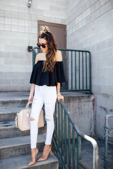 Look con jeans blancos skinny jeans rotos blusa negra off the shoulders bolso café sitilettos nude gafas negras