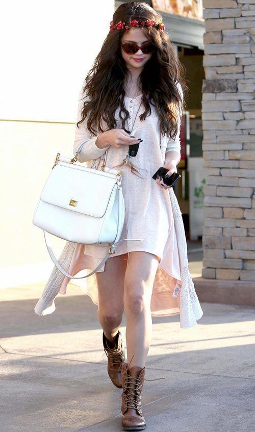 Para visitar sua nova irmãzinha, Selena Gomez apostou no estilo boho, com vestido clarinho mullet, coturno e guirlante de flores!