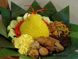 Nasi kuning tumpeng.