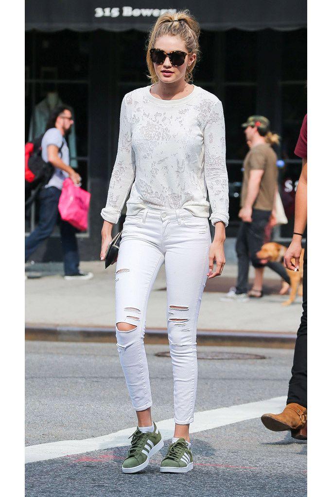 Gigi Hadid, casual. La modelo, con sweater y jeans blancos, ambos de Paige Denim, zapatillas adidas Originals y gafas de sol de carey.
