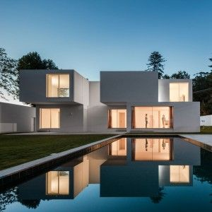 Staggered+and+stacked+blocks+define+rooms+in+Porto+residence+by+236+Arquitectos