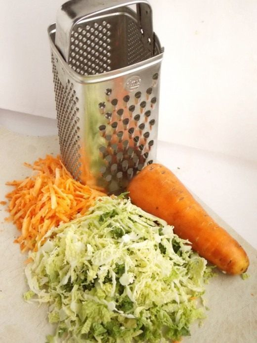 Нашинкуем капусту и натрём морковку
