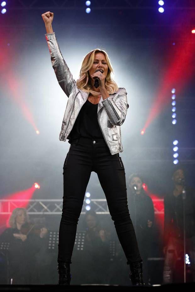 Was für ein cooler Look! Helene Fischer glänzt bei ihrem Auftritt in Graz in einer silbernen Lederjacke, dunkle Hose und leicht ausgeschnittenem T-Shirt. Ein ganz anderer Look als noch bei der Eröffnung - dort erschien sie nämlich im Parka und sang auch noch auf Englisch. Eine Menge Gesprächsstoff für ihre Anhänger.