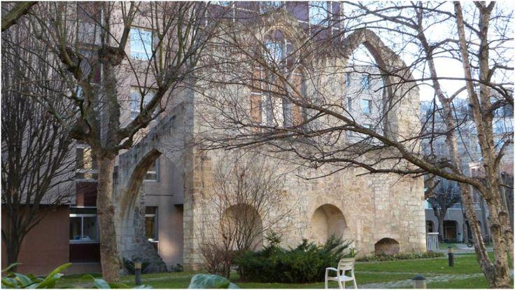 Dans les jardins de l'hôpital Broca 54-56 rue Pascal Paris 75013 se trouvent des vestiges de l'ancien Couvent des Cordelières. Les Clarisses s'installèrent ici en 1289. Les bâtiments furent alors agrandis et enrichis par Marguerite de Provence, veuve de Saint-Louis. A la Révolution, l'église fut morcelée et en 1832, l'ancien couvent fut transformé en hôpital. Les ruines qui subsistent aujourd'hui sont les baies de l'ancien dortoir, des troncs de colonnes et des chapiteaux datant des XIII et…