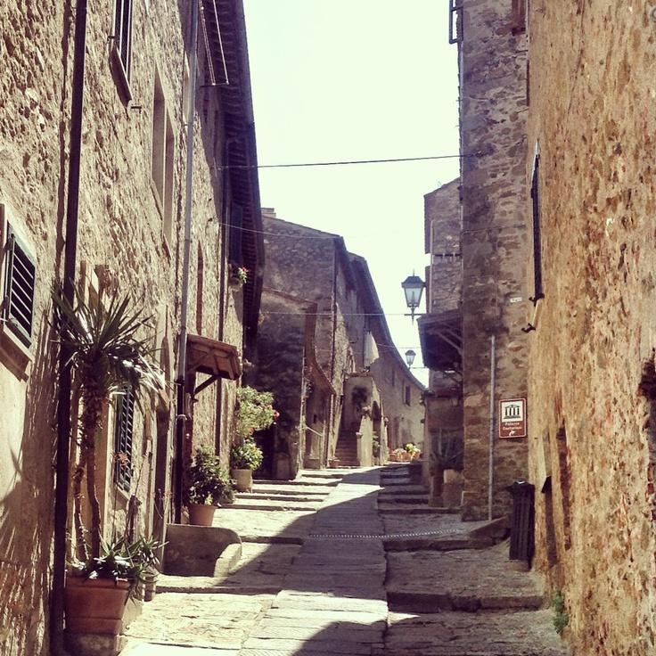 Strade strette sotto un sole a picco #castiglionedellapescaia