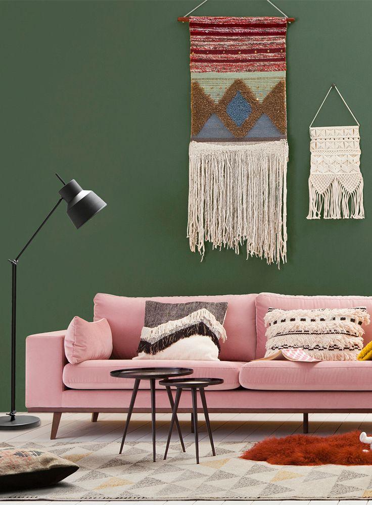 In een bohemian woonstijl is bijna niets te gek. Oneindig veel kleuren en dessins kunnen gecombineerd worden. Combineer meubels met uitbundige prints of opvallende stoffen als fluweel met gekke woonaccessoires om een echt boho gevoel te creëren. Geef je woonkamer good vibes! #bohemian #boho #living #livingroom #macrame #hippie #sheepskin #rug #velvet