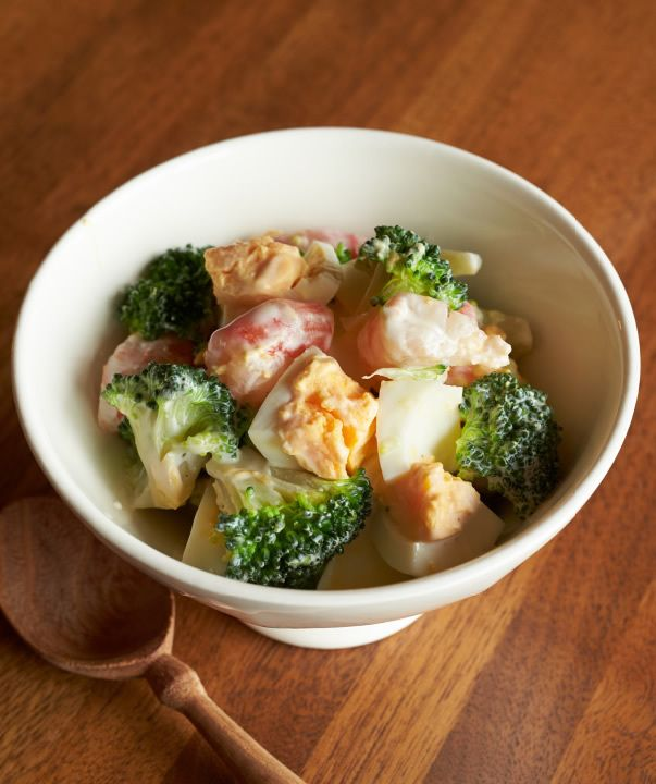 カレーの日におすすめの、スプーンでそのまますくって食べられるサラダ。えび×ブロッコリーの王道コンビは、間違いないおいしさです。