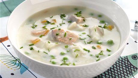 Slik gjør du:1. Kok opp fiskebuljongen i en gryte og legg i gulrotbitene. La dem koke i 3-4 minutter.2. Bland melk og hvetemel i et glass med skrulokk, og rist godt. Hell blandingen i fiskebuljongen mens du visper hele tiden. La suppen småkoke i ca. 5 minutter.3. Senk temperaturen og legg i fiskebiter og erter. La suppa trekke i ca. 5 minutter. Rør inn fløten og smak til med salt og pepper. Dryss over finklippet gressløk.Server gjerne suppen med brød eller flatbrød.