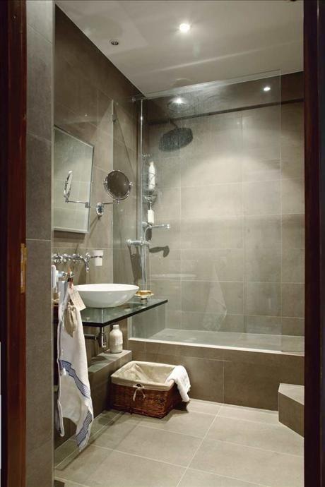 Badrummet är en dröm för spaälskare. Det dova, milda färgvalet skänker rummet en ovanlig värme.