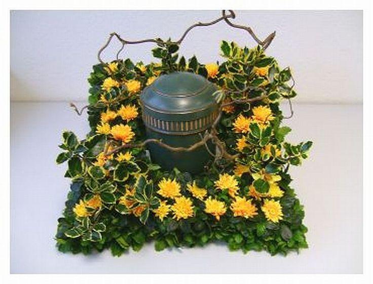 Bei der Beerdigung wird die Urne im Blumenschmuck-Kissen platziert. Blumen-Gestecke für die Beerdigung werden mit Steckschaum-Unterlagen gestaltet.