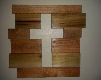 Dit unieke handgemaakte Kruis was gemaakt van pallet hout en versierd met touw om het een meer rustiek feel.  Dit Kruis zou maken een perfecte aanvulling op de muur van een galerie, of het kan worden gebruikt als slaapkamer decor.  Het touw loopt rond de achterkant waarmee opknoping.