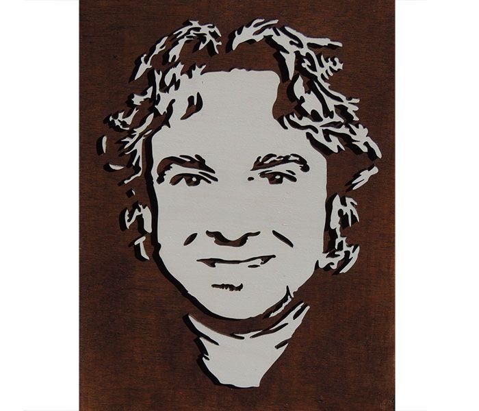 Als voorbeeld voor op de website hebben we dit portret gemaakt van een bekende Nederlandse zanger / jurylid. Herken je hem? Het portret is gemaakt van 4 mm dik berkenhout. De achtergrond is gebeitst in palissander en het gezicht is gebeitst in een white wash houtlook.  Het portret is uitsluitend bedoeld als illustratie van ons werk en is niet te koop. lasercutting, wood, 3D, portrait, gift ideas, product, design: