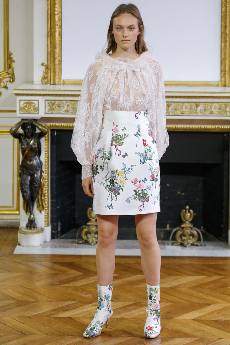 See the complete Monique Lhuillier Spring 2018 Ready-to-Wear  collection.