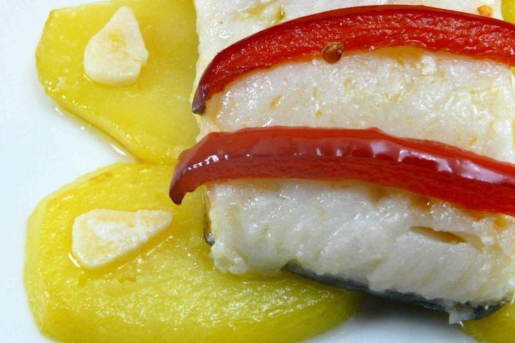 Bacalao confitado con patatas y pimiento rojo.