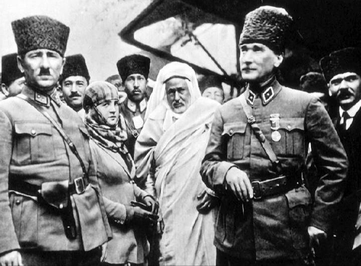 Mersin Tarsus .... Atatürk Şeyh Sünusi İle Yenice İstasyonunda.. 15 Mart 1923 Yenice İstasyonu Milli Kurtuluş mücadelesinden sonra yöreye ilk gelişi olan Gazi Mustafa Kemal Paşanın Adana,Mersin de bir çok etkinliklere katıldığı ve Cumhuriyetin ilanına hazırlandığı bu yılda Çukurova halkının nabzını tuttuğu önemli bir seyahatiydi...Şeyh Sunusi'nin orada olması Libya-Trablusgarb ile ilgilidir..