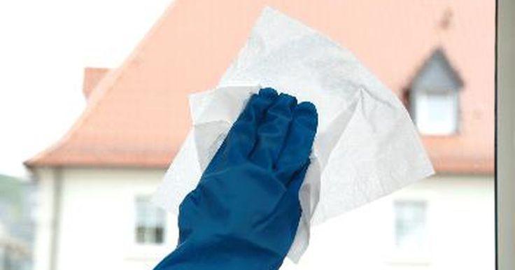 Cómo quitar la cinta adhesiva antigua y seca. Cómo quitar la cinta adhesiva antigua y seca. En algún momento, la mayoría de nosotros ha tenido el problema de tener que quitar cinta adhesiva antigua y seca de una ventana o de un mueble. Una vez que el pegamento se seca, la cinta se mantiene adherida con una fuerza increíble. Es cierto que puedes rasparla o lijarla, pero eso significa que luego ...