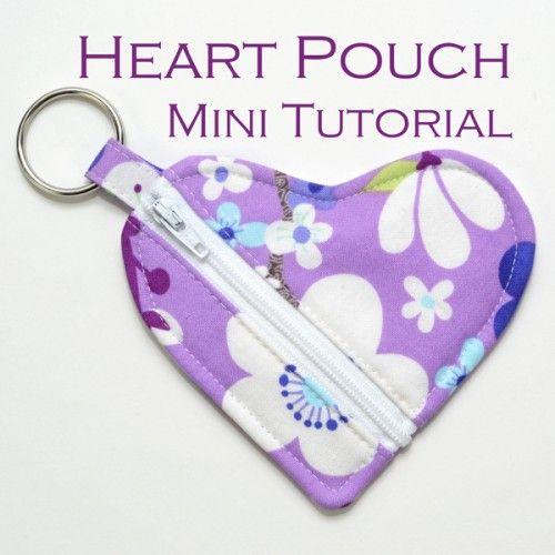 Un Tutorial completo di Cartamodello per cucire un astuccino portachiavi a forma di cuore.