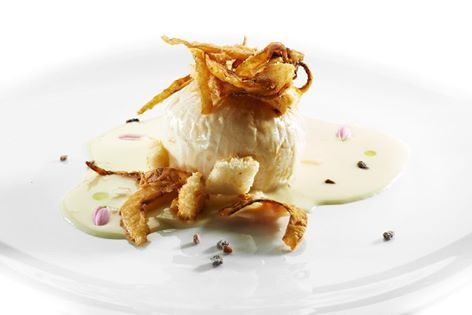 Baked onion with melted cheese and crunchy #fennel chips.........    Oignon rôti au four fromage fondu copeaux de #fenouil frit