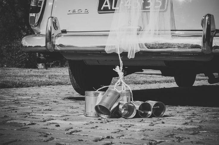 Ik ben graag jullie trouwfotograaf! Made by me / Gemaakt door mij. wedding photography trouwfoto's trouwfotografie bruidsfotografie  zwartwit black and white car trouwauto just married blikjes cans