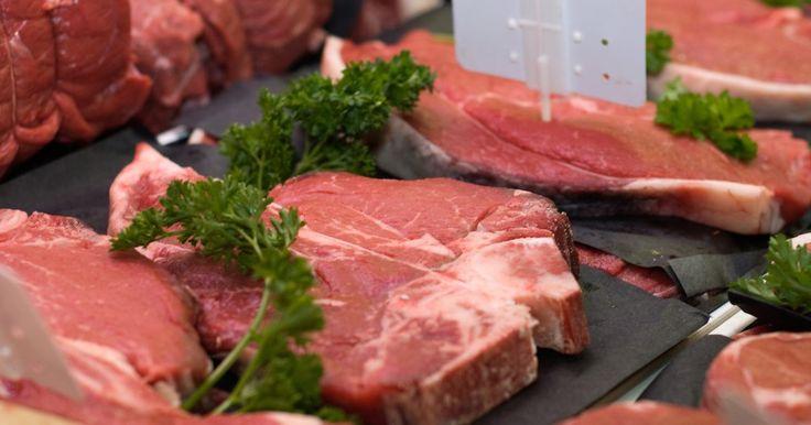 Cómo calentar un pastel de carne. El pastel de carne es un plato británico tradicional que combina la carne vacuna con otros varios ingredientes como papas, queso, hierbas y otras carnes o vísceras. Una vez que la carne y los otros ingredientes se han cocinado juntos para formar un plato similar a un guiso, se usa una masa para cubrir y sellar los ingredientes y hornearlo en forma ...