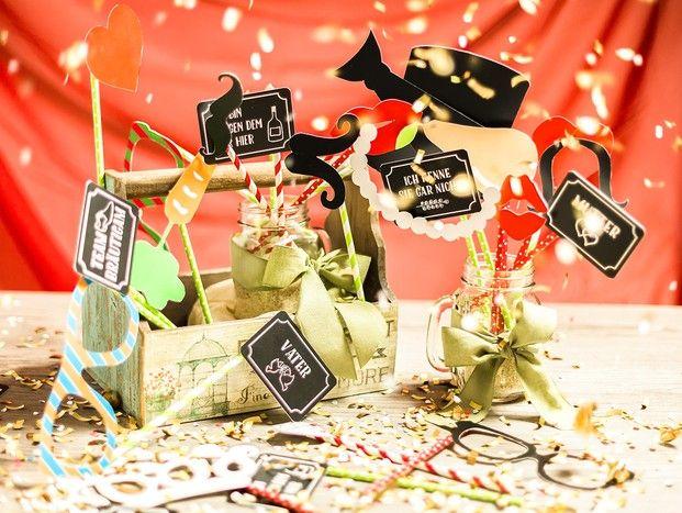 Party on! Mit den richtigen Fotobox Utensilien rockt die Hochzeitsfeier.  Photobooth Probs machen Stimmung, besonders als kostenloser Download. Sichert Euch jetzt unsere Vorlage zum selber machen. #diy #fotobox #accessoires #party #hochzeit #fun #braut #entertainment