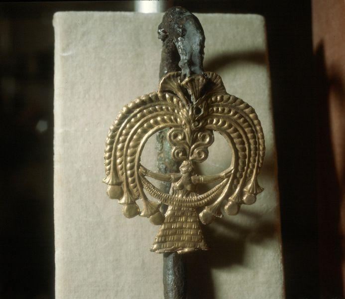 Athen. Archäologisches Nationalmuseum. Goldkopf einer Silbernadel, Schachtgrab III von Mykene. Göttin Hera im Nimbus